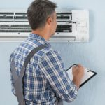technicien testant une climatisation